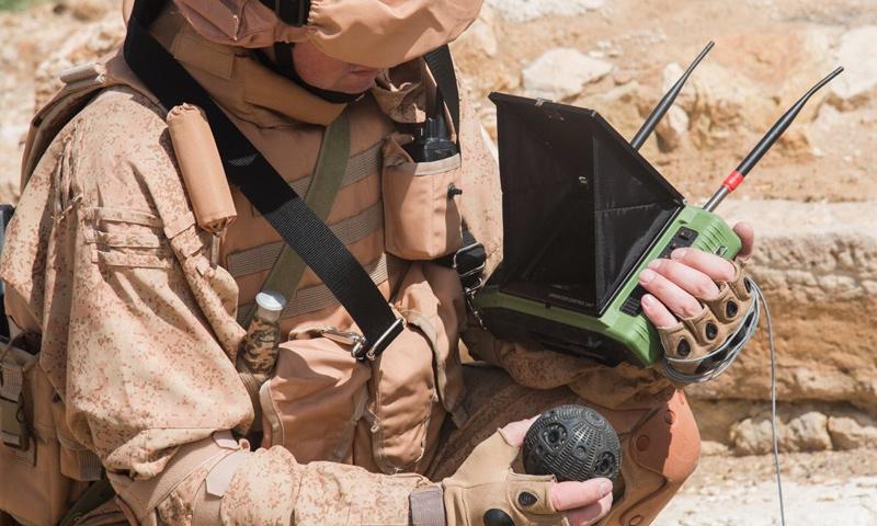 جندي روسي ينزع الألغام التي زرعها تنظيم الدولة في محيط مدينة تدمر- (سبوتنيك)