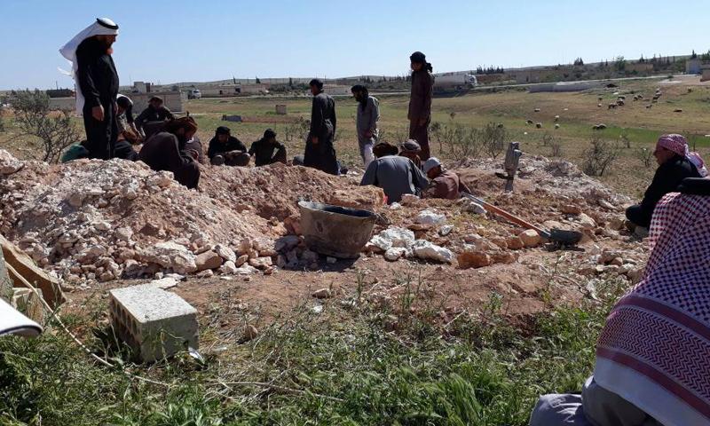 """مدنيون يدفنون شابين قتلا برصاص """"هيئة تحرير الشام"""" في ريف حماة الشرقي- الخميس 20 نيسان (عنب بلدي)"""