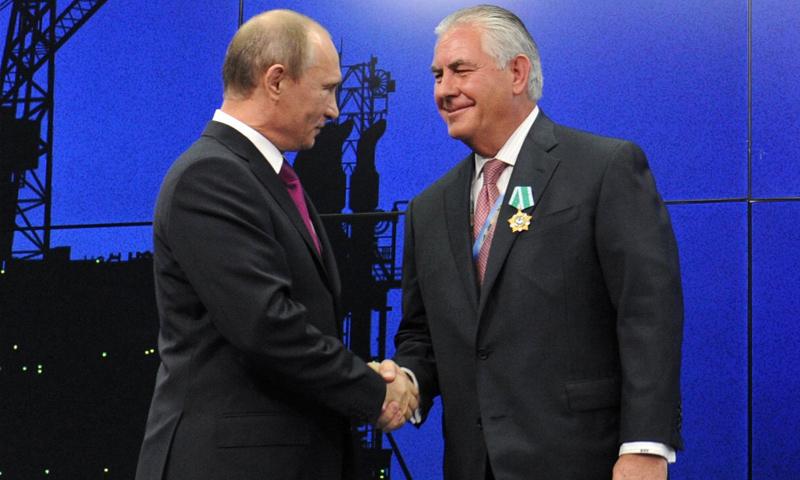 ريكس تيلرسون يتقلد وسام الكرملين من الرئيس الروسي فلاديمير بوتين (AP)