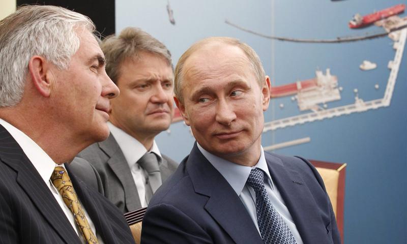 الرئيس الروسي، فلاديمير بوتين، يرمق وزير الخارجية الأمريكي، ريكس تيلرسون، في زيارة سابقة إلى موسكو (AP)