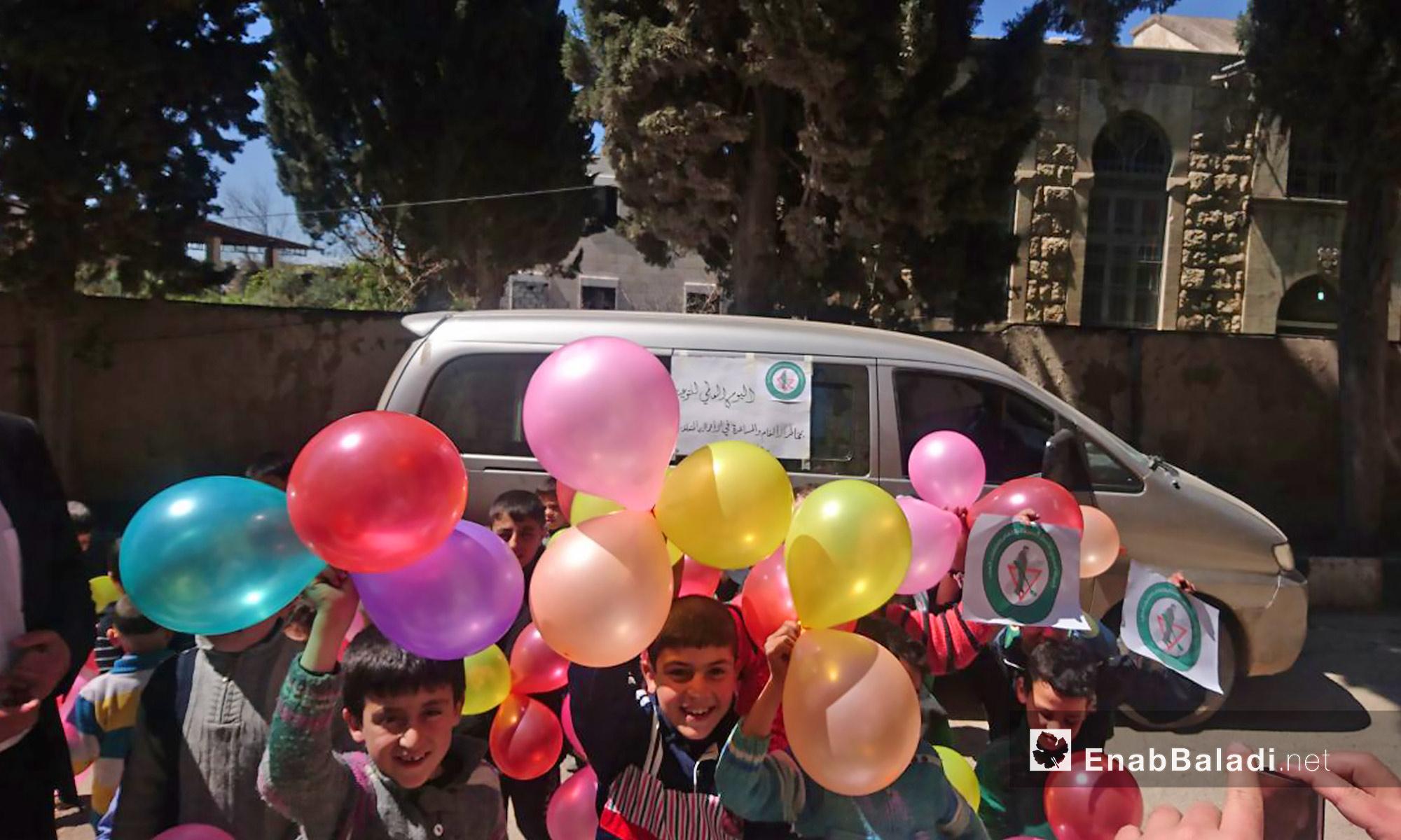 """احتفالية بمناسبة اليوم العالمي للتوعية من مخاطر الألغام، أطلقها المركز السوري للأعمال المتعلقة بالألغام ومخلفات الحرب   SMAC بالتعاون مع مركز """"في ايد امينة"""" بمدرسة للأطفال الأيتام في مدينة إعزاز بريف حلب الشمالي - 4 نيسان 2017 (عنب بلدي)"""