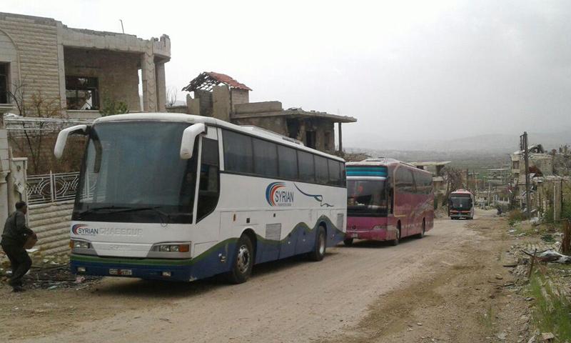 حافلات داخل بلدة مضايا في ريف دمشق- الخميس 13 نيسان (ناشطون)