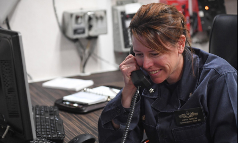 """أندريا سلوغ فهي قائدة المدمرة """"يو إس إس بورتر"""" (البحرية الأمريكية)"""