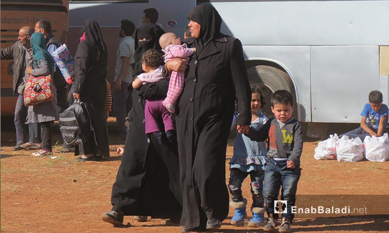 أم حمصية وأطفالها عند وصولهم إلى إدلب من حي الوعر - 25 نيسان 2017 (عنب بلدي)