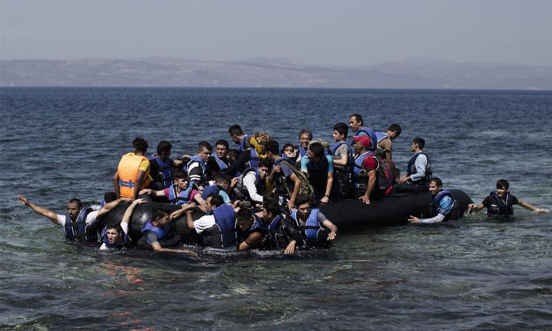 سوريون يقطعون البحر وصولًا إلى اليونان (AFP)