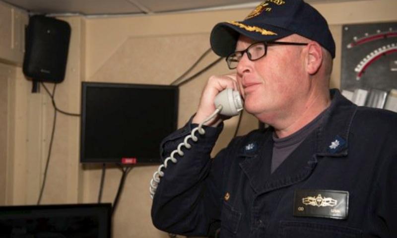 """راسل كالدويل هو قائد المدمرة الأمريكية """"يو إس إس روس"""""""