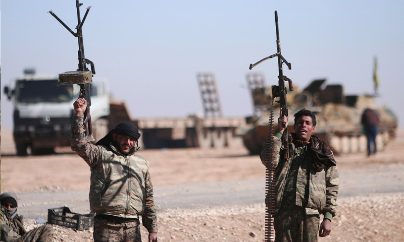 مقاتلين من قوات سوريا الديموقراطية في محيط مدينة الرقة - (رويترز)
