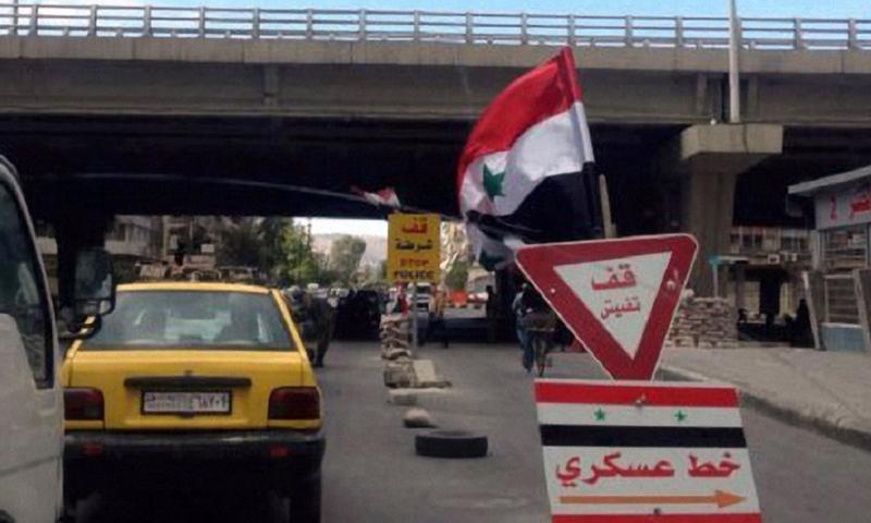 حاجز يتبع لقوات الأسد وسط العاصمة دمشق - (انترنت)