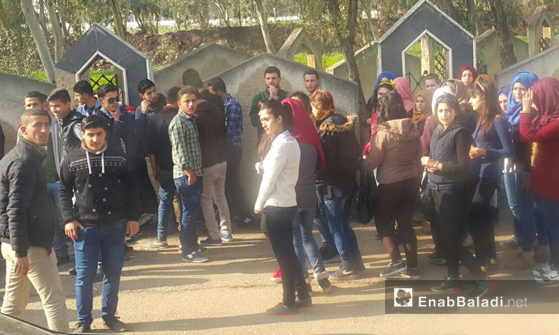طلاب جامعات مدينة حمص على أطراف حي الوعر المحاصر- ا نيسان 2017 - (عنب بلدي)