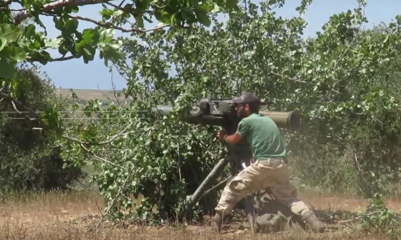 مقاتل من جيش العزة أثناء استهداف قوات الأسد بريف حماة الشمالي - 25 نيسان - (جيش العزة)