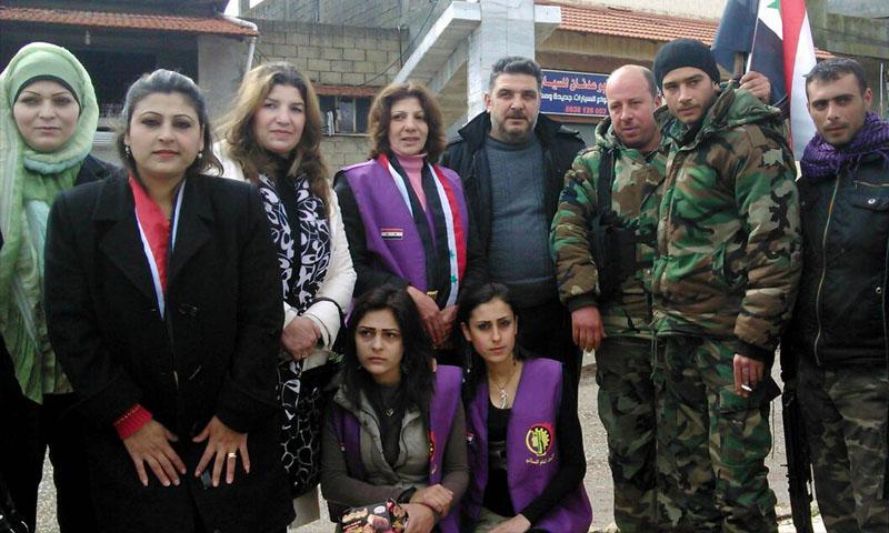 عضوات في فرع الاتحاد العام النسائي في حماة مع ناصر من قوات الأسد - 2015 (سانا)