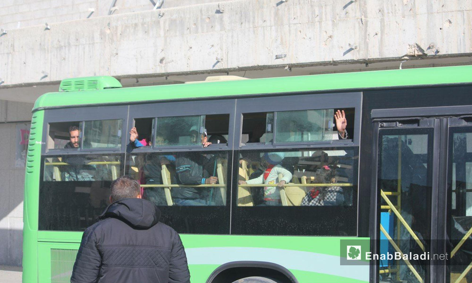 حافلات تحمل مهجري الوعر إلى جرابلس شمال حلب - 24 نيسان 2017 (عنب بلدي)