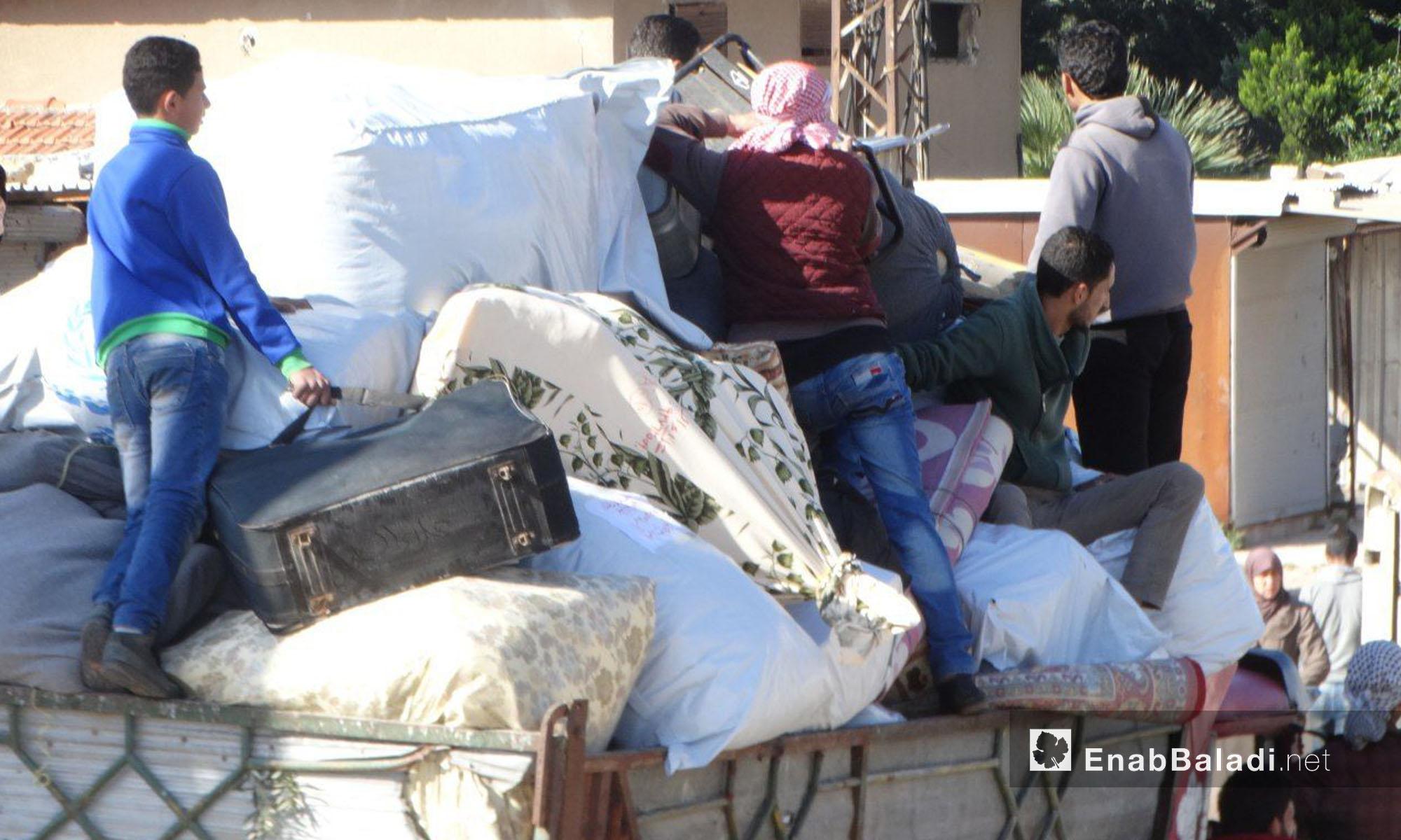 أهالي حي الوعر ينقلون أمتعتهم للخروج إلى جرابلس - 24 نيسان 2017 (عنب بلدي)