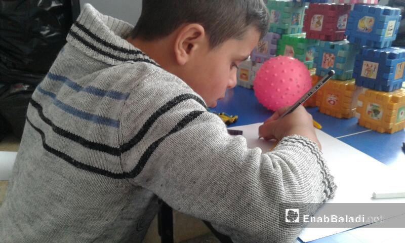 طفل من مركز بذرة نماء لعلاج التوحد في نوى بدرعا - نيسان 2017 (عنب بلدي)