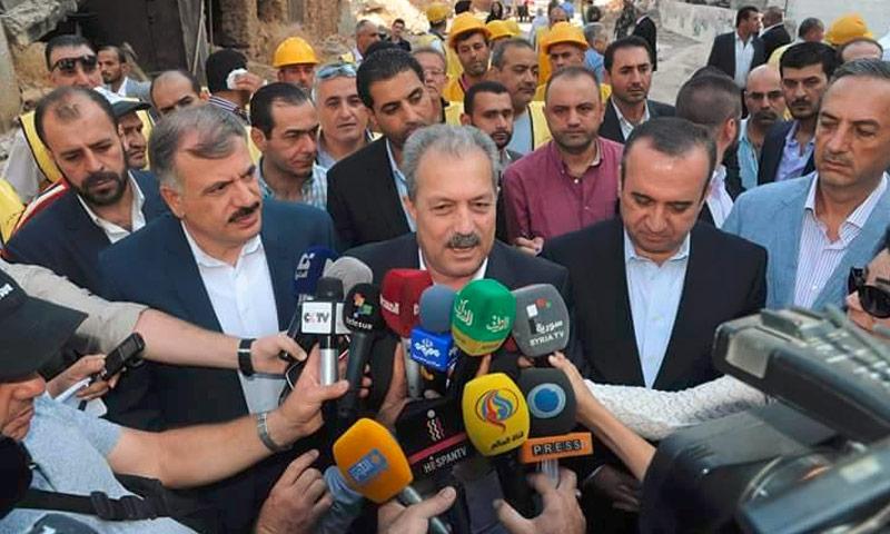 وزير الأشغال العامة والإسكانفي حكومة النظام السوري، حسين عرنوس، داخل مدينة داريا غرب دمشق - أيلول 2016 (فيس بوك)