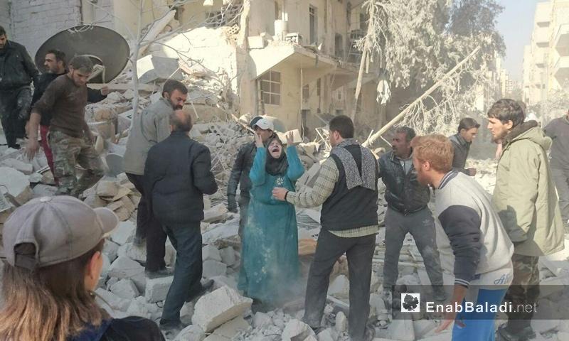 امرأة تبكي أقرباءها في حي كرم الطحان بمدينة حلب- السبت 26 تشرين الثاني (عنب بلدي)