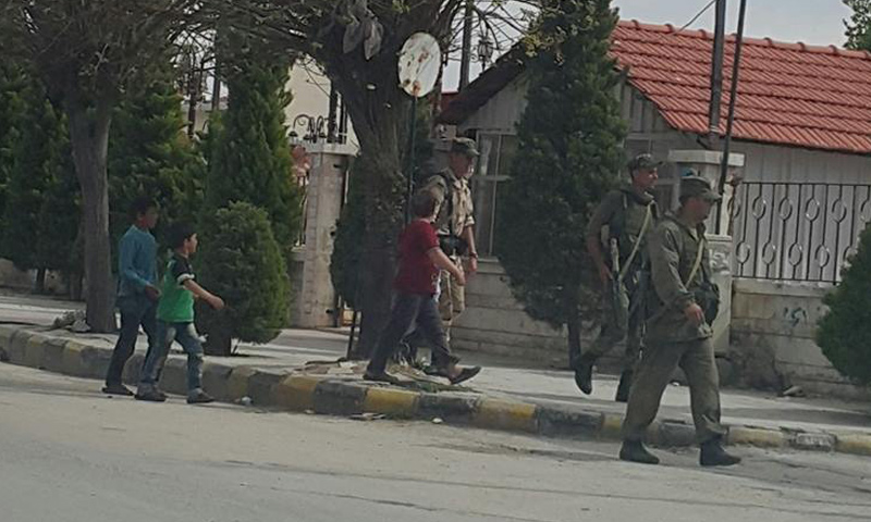 جنود روس قرب المبنى القديم لمحطة القطار في مدينة حماة- الأربعاء 19 نيسان (ناشطون)