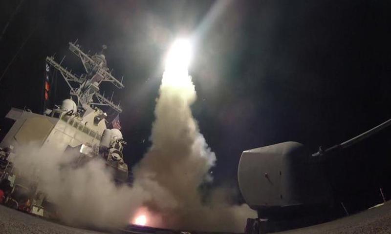"""إطلاق صواريخ """"توماهوك"""" الأمريكية باتجاه قاعدة الشعيرات- 7 نيسان 2017 (وكالات)"""