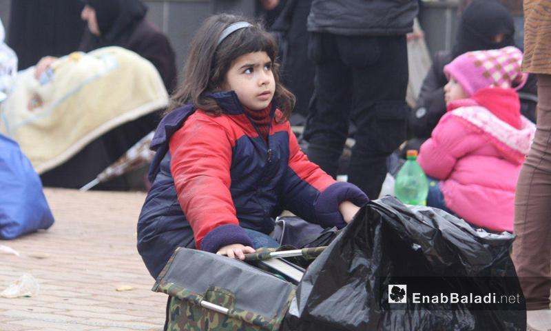 طفلة من مهجري الوعر غادرت إلى جرابلس- نيسان 2017 (عنب بلدي)