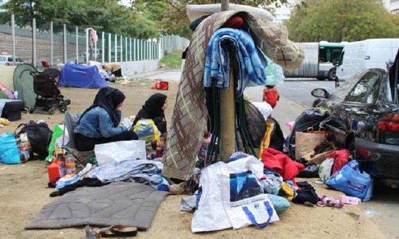 لاجئون في إحدى شوارع باريس - (انترنت)