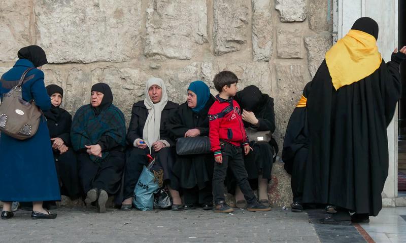 نساء قرب الجامع الأموي في دمشق (Ruth Maclean for the Guardian)