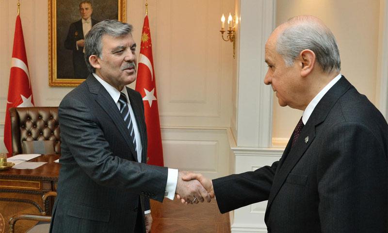 """زعيم حزب """"الحركة القومية"""" التركي (MHP)، دولت بهتشلي، والرئيس التركي السابق عبد الله غول - 2014 (مواقع تركية)"""
