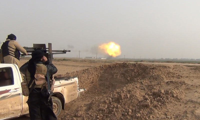 مقاتلين من تنظيم الدولة الإسلامية على أسوار مطار التي فور_(أعماق)