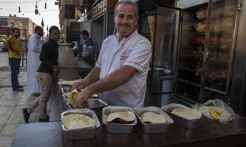 """أرشيفية- مطعم سوري في مدينة """"6 اكتوبر"""" في القاهرة (رويترز)"""
