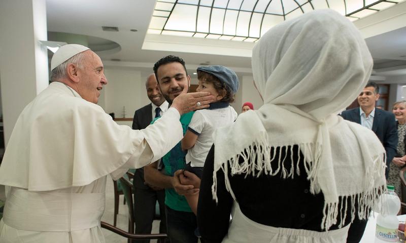 بابا الفاتيكان يستقبل ثلاث عائلات سورية - الثلاثاء 4 نيسان 2017 - (صحيفة اوسرفاتوري رومانو)