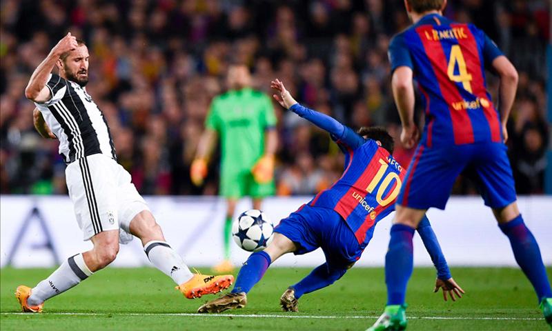 """كيليني يقطع الكرة من أمام ميسي في مباراة إياب دور ربع النهائي في ملعب """"كامب نو"""" (يوفنتوس)"""