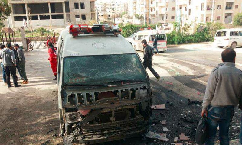 """انفجار قرب مبنى """"الهلال الأحمر"""" في إدلب - 13 نيسان 2017 (فيس بوك)"""