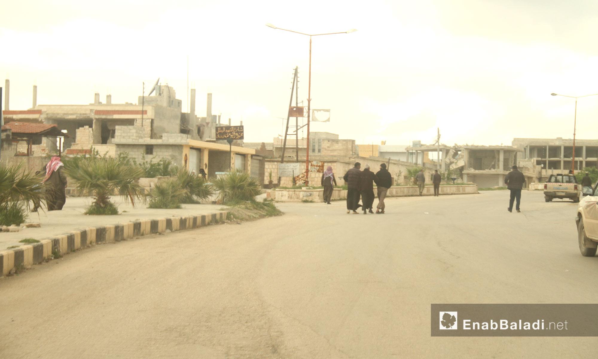 الشارع الذي سقطت فيه الصواريخ المحملة بالغازات السامة في خان شيخون بإدلب - 14 نيسان 2017 (عنب بلدي)
