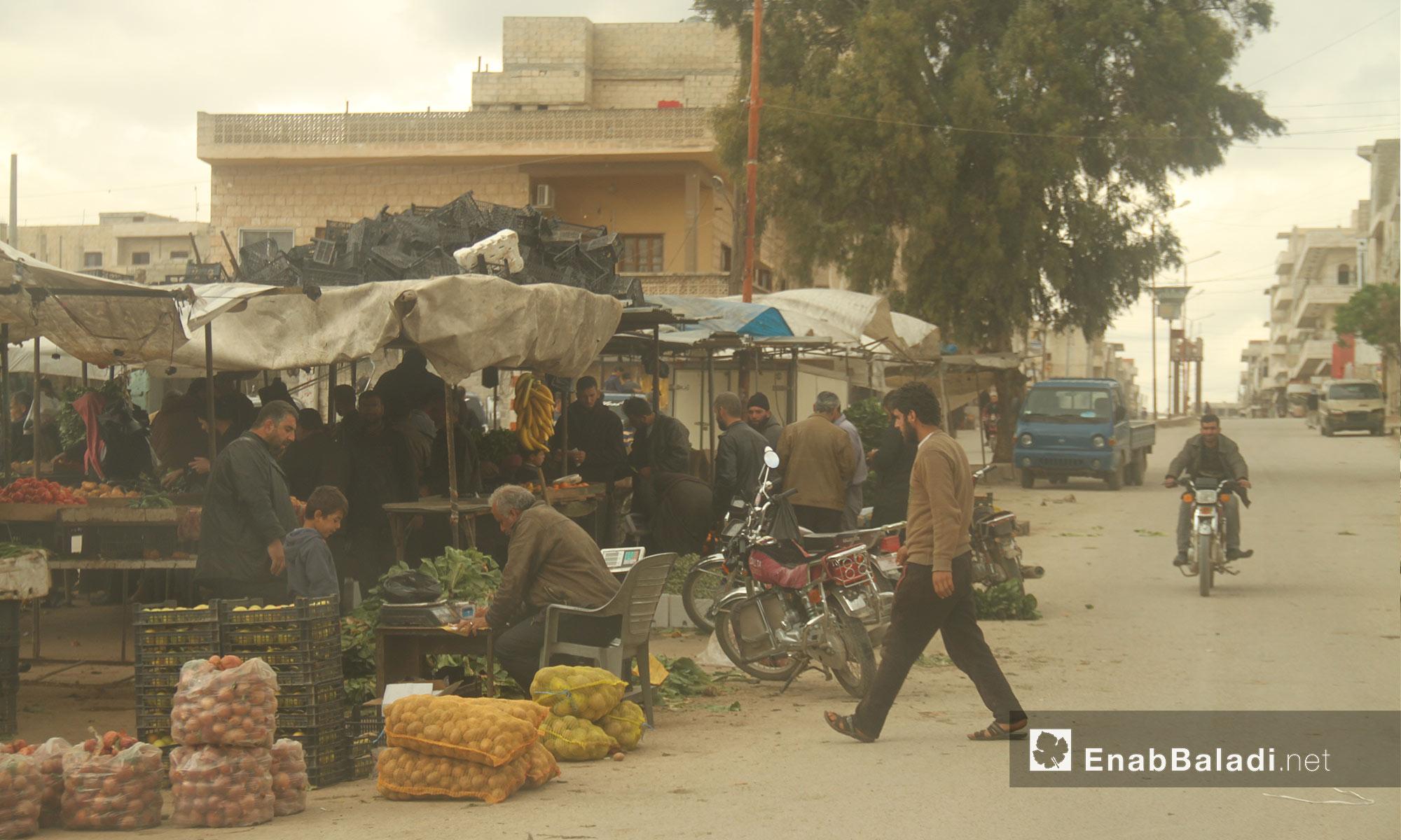 سوق الخضار في خان شيخون بإدلب - 14 نيسان 2017 (عنب بلدي)