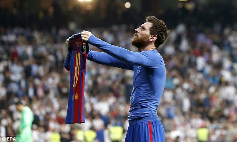 الأرجنتيني ليونيل ميسي محتفلًا بهدف النصر على ريال مدريد (EPA)