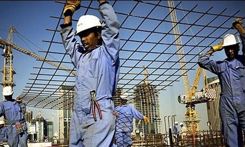 عمال آسيويين في ورشات مونديال قطر 2022 - (انترنت)