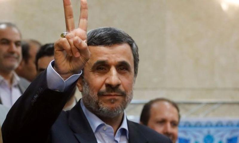 """أحمدي نجاد بترشح يرفع علامة """"النصر"""" عقب ترشحه لانتخابات 2017 - الأربعاء 12 نيسان - (انترنت)"""