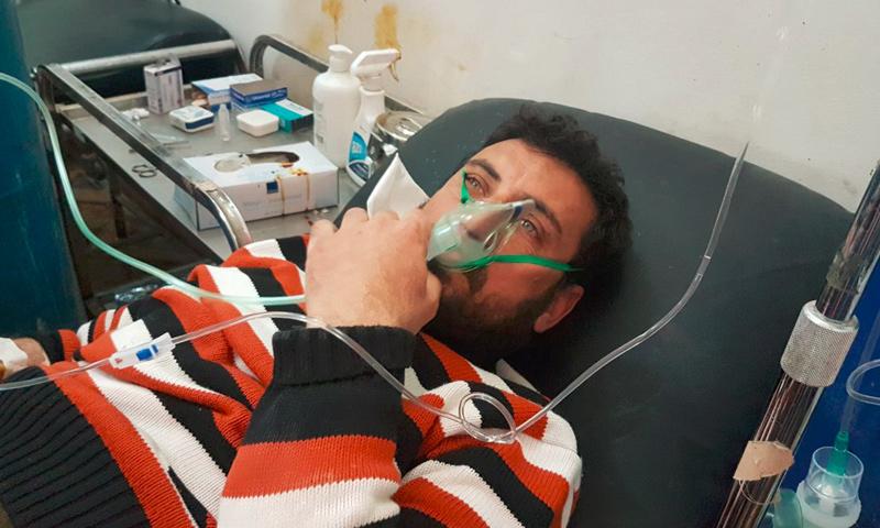 تعبيرية: مدني مصاب بالغازات السامة التي استهدفت مدينة خان شيخون في إدلب - 4 نيسان 2017 (الشبكة السورية لحقوق الإنسان)