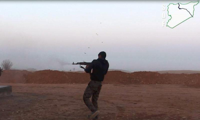"""عنصر من """"قوات سوريا الديمقراطية"""" في ريف الرقة - شباط 2017 (قسد)"""