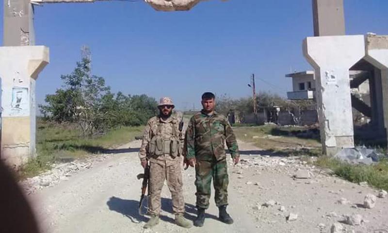 مقاتلان من قوات الأسد في مدخل مدينة طيبة الإمام- الخميس 20 نيسان (فيس بوك)