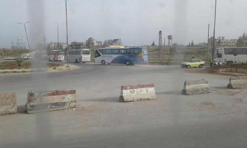 """خروج الحافلات من الراموسة باتجاه الراشدين في ريف حلب ضمن اتفاقية """"المدن الخمس""""- الجمعة 21 نيسان (ناشطون)"""