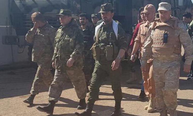 ضباط روس مع العميد سهيل الحسن في ريف حماة الشمالي (فيس بوك)