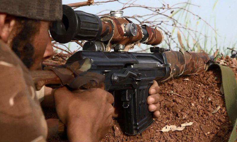 """مقاتل من """"جيش خالد بن الوليد"""" على أطراف مساكن جلين في ريف درعا الغربي (تلغرام)"""