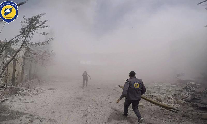 عناصر من الدفاع المدني في مدينة دوما عقب غارات جوية استهدفتها- الجمعة 21 نيسان (الدفاع المدني)