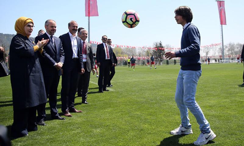 آدم متين أمام عقيلة أردوغان (الأناضول)