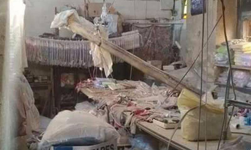 أضرار مادية جراء سقوط قذيفة على ورشة خياطة في حي القيمرية في دمشق- الاثنين 3 نيسان (فيس بوك)