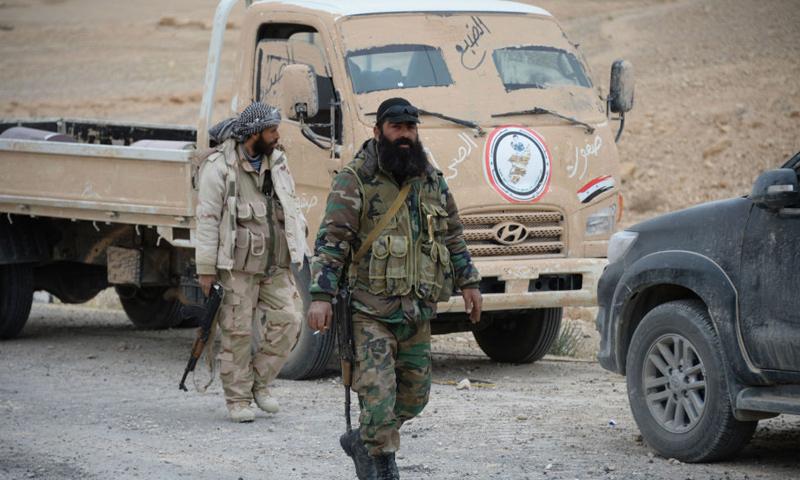 عناصر من ميليشيا صقور الصحراء التابعة للنظام السوري في محيط مدينة تدمر شرق حمص - آذار 2017 - (سبوتنيك)