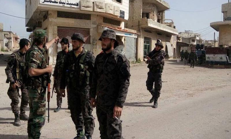 عناصر من قوات الأسد داخل مدينة حلفايا- الأحد 23 نيسان (تويتر)