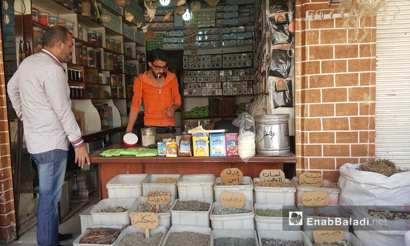 محل في سوق عزرا في القامشلي شرق سوريا الاثنين 24 نيسان (عنب بلدي)
