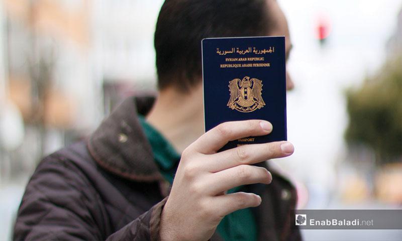 شاب يحمل جوازه السوري في تركيا (عنب بلدي)