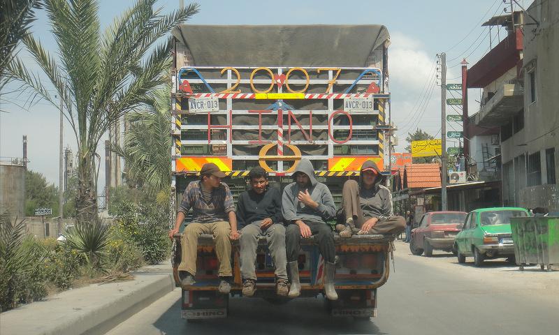 عمال في طرابلس اللبنانية (إنترنت)